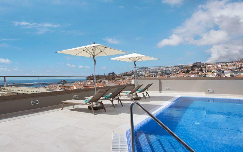 Poolområdet på hotell Turim Santa Marina i Funchal på Madeira.