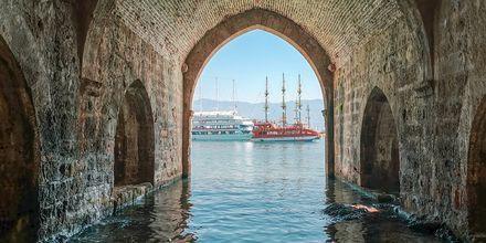 I Turkiets hamnar samsas lyxbåtar med traditionella träbåtar.