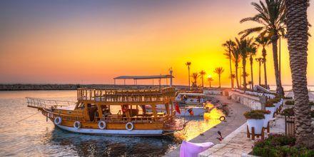 Traditionell träbåt i den turkiska solnedgången.