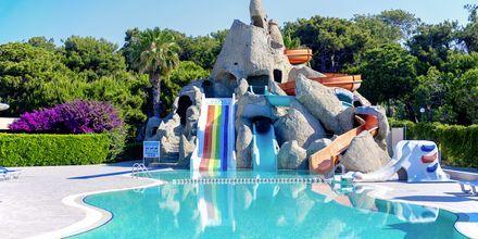 Poolområde med vattenrutschkanor på hotell Turquoise i Side, Turkiet.