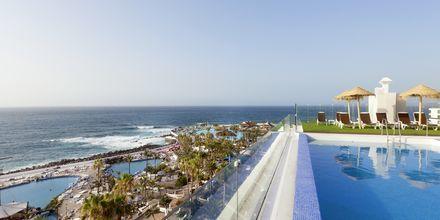 Poolen med utsikt mot saltvattenspoolerna i Puerto de la Cruz.