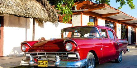 Gamla häftiga bilar på Varadero, Kuba.