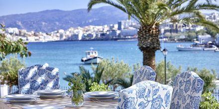 Crystal Lounge & Restaurant serverar à la carte-meny på hotell Vasia Ormos.