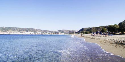 Stranden vid hotell Venezia i Karpathos stad, Grekland.