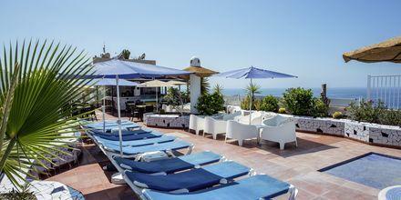 Poolområde på taket på hotel Vigilia Park i Los Gigantes på Teneriffa, Kanarieöarna.