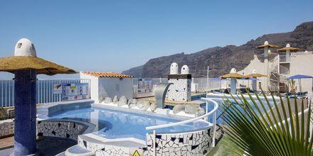 Poolområde på hotel Vigilia Park i Los Gigantes på Teneriffa, Kanarieöarna.