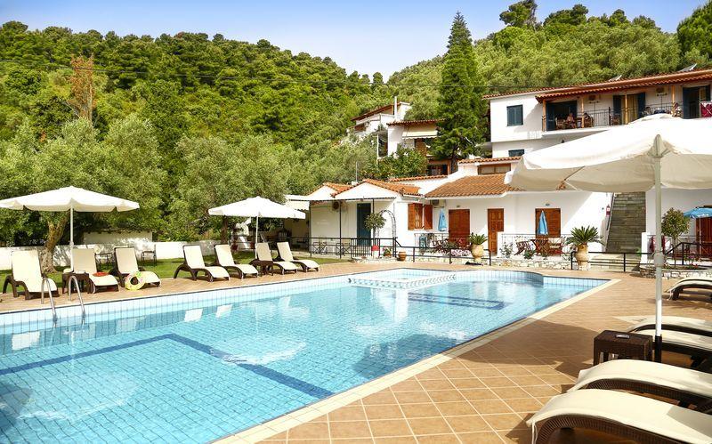 Poolområde på Villa Anni i Achladies, Skiathos.