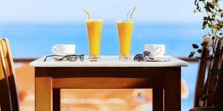 Strandrestaurang vid Villa Dora i Platanias på Kreta, Grekland.