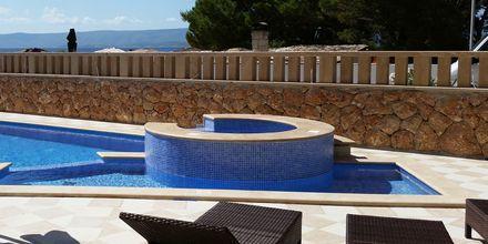 Pool på Villa Dzamonja i Brac, Kroatien.