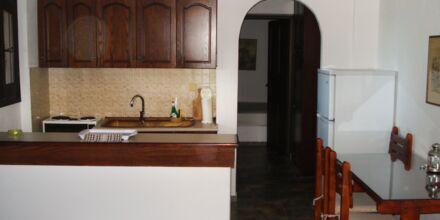 Kök i tvårumslägenhet på hotell Villa Heivi, Sivota.