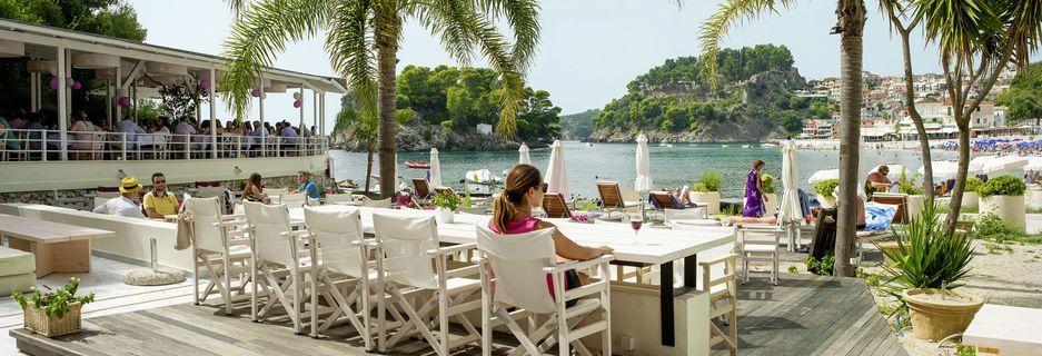 Terrassen på Villa Rossa Area Boutique Beach Resort i Parga.