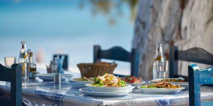 Lunch med utsikt över vattnet i Votsalakia på Samos, Grekland.