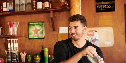 Besök någon av barerna i Votsalakia under kvällen.