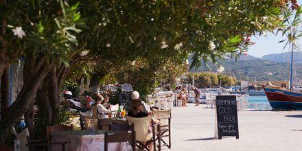 Den trevliga strandpromenaden i Ormos på Samos, Grekland.