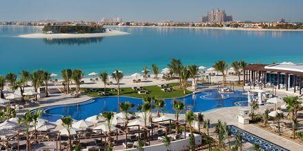 Poolområde och utsikt från Waldorf Astoria Dubai Palm Jumeirah i Dubai.