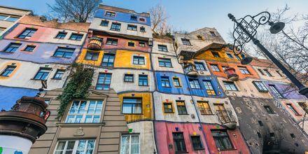 Bostadshuset Hundertwasserhaus är en känd sevärdhet i Wien.