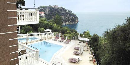 Poolområde på hotell Yiannis Kanalis i Parga, Grekland.