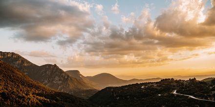Solnedgång över bergen i Zagoriaområdet, Grekland.