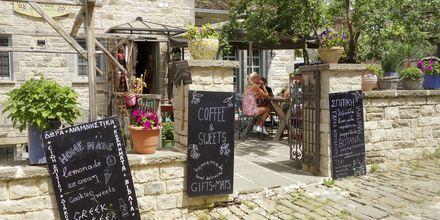 Stanna till på ett mysigt café i bergsbyn Papigo, Zagoria i Grekland.