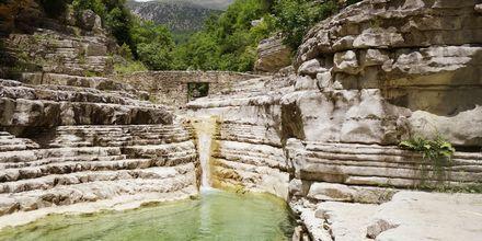 Zagoria har källor med kristallklart vatten som man kan bada i.