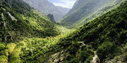Vikosravinen i Epirusområdet är utmärkt för både cykling och vandring, med ca 65 mil stenbelagda stigar.