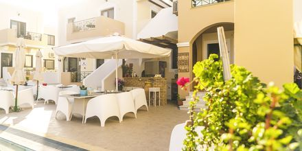 Poolbar på Hotell Zephyros Village på Karpathos, Grekland.