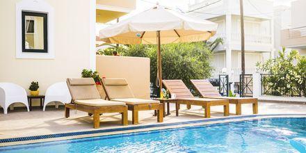 Poolområdet på Hotell Zephyros Village på Karpathos, Grekland.
