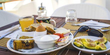 Frukost på Hotell Zephyros Village på Karpathos, Grekland.
