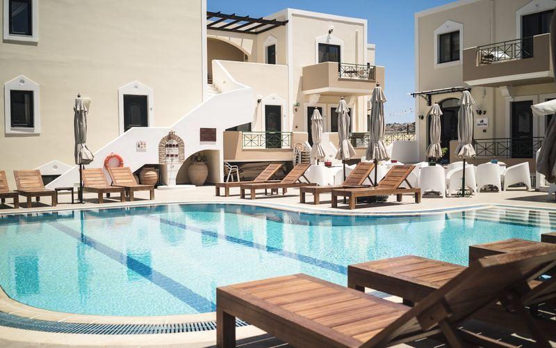 Poolområde på Hotell Zephyros Village på Karpathos, Grekland.
